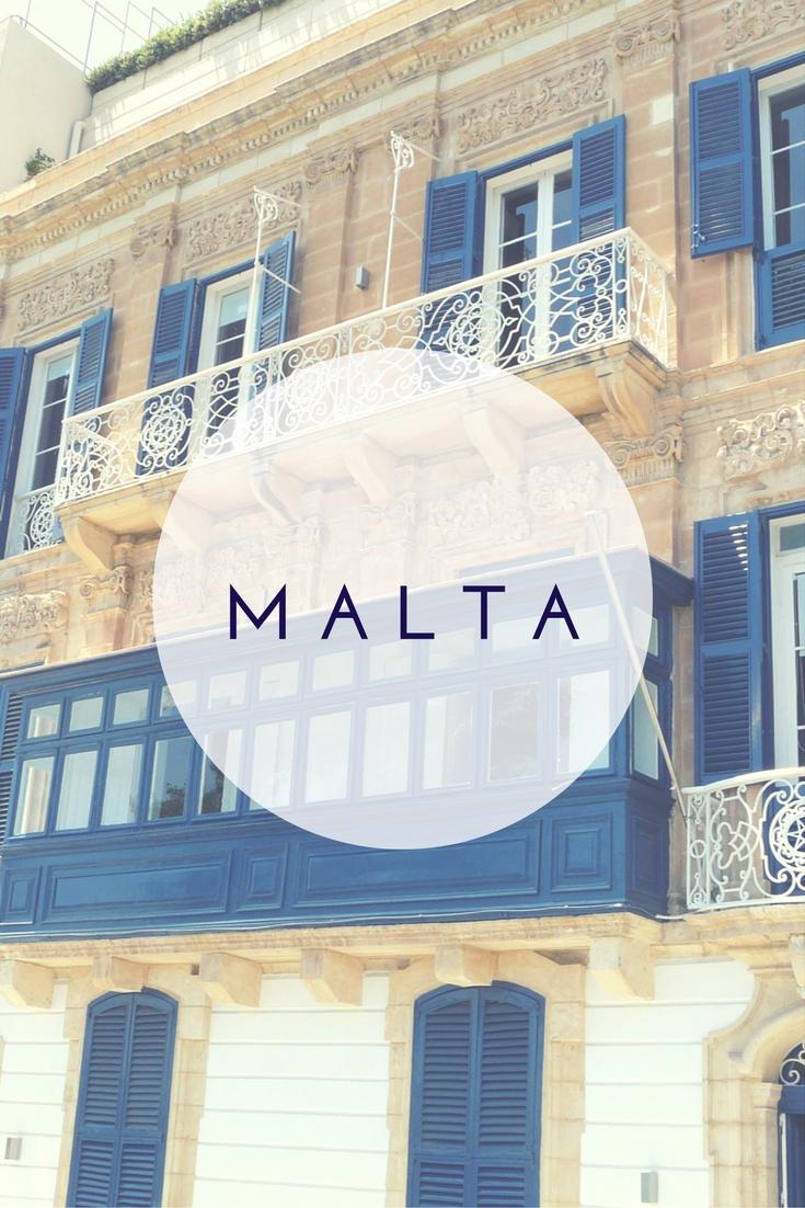 """Mdina ist die älteste Stadt von Malta, sie war vor Valletta die Hauptstadt. Die Stadt bietet enge Gassen, sandsteinfarbene Häuser und Paläste sowie farbenfrohe Balkons. """"Die stille Stadt"""" mit ihrer Mischung aus mittelalterlicher und barocker Architektur hat nur rund 400 Einwohner. Auf meinem Reiseblog nehme ich euch mit auf einen Spaziergang mit vielen Fotos."""