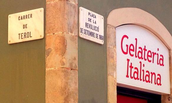 Straßenschilder in Barcelona (Reiseblog und Foodblog Travel on Toast)
