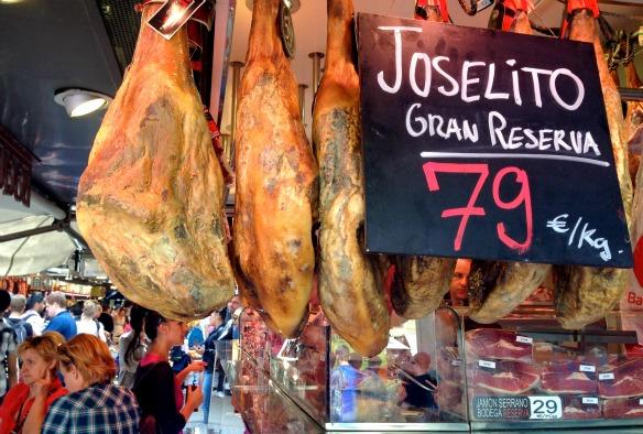 Schinkenschlegel auf dem Mercat de la Boqueria in Barcelona