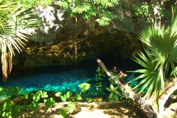 Cenote bei Tulum in Mexiko