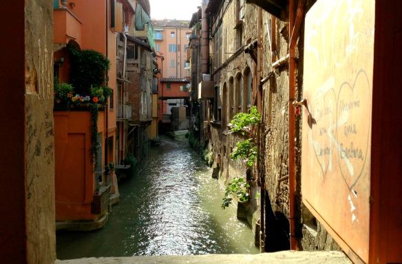 Das Fenster zum Kanal in Bologna