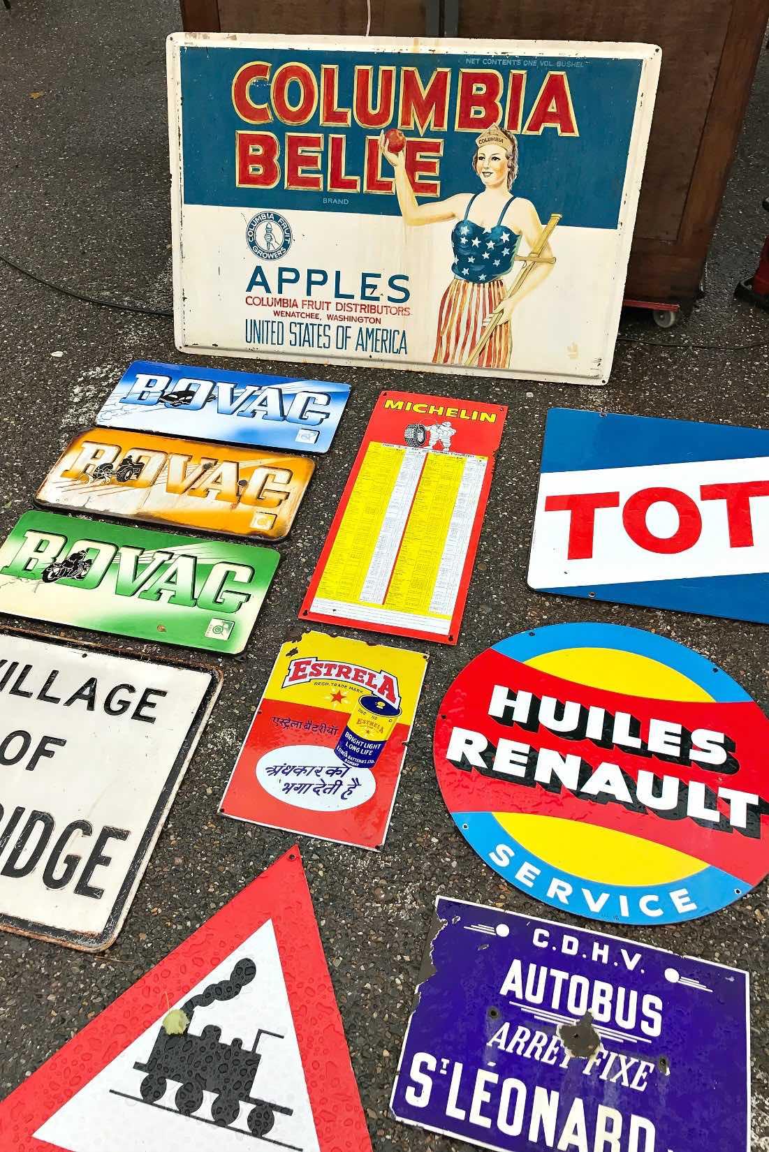Alte Schilder auf dem Trödelmarkt