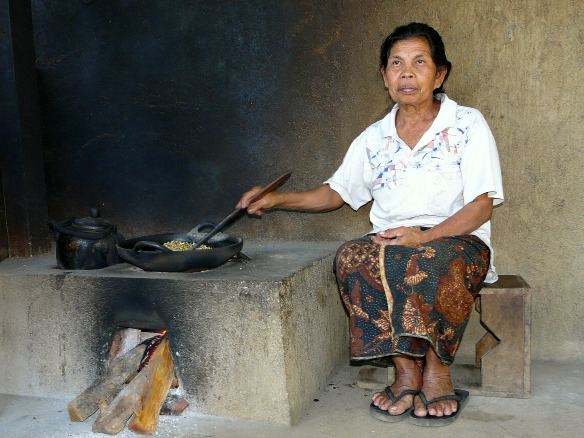 Bali - Frau röstet Kaffee