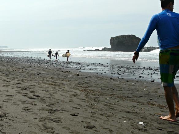 El Salvador - Surfer am Strand