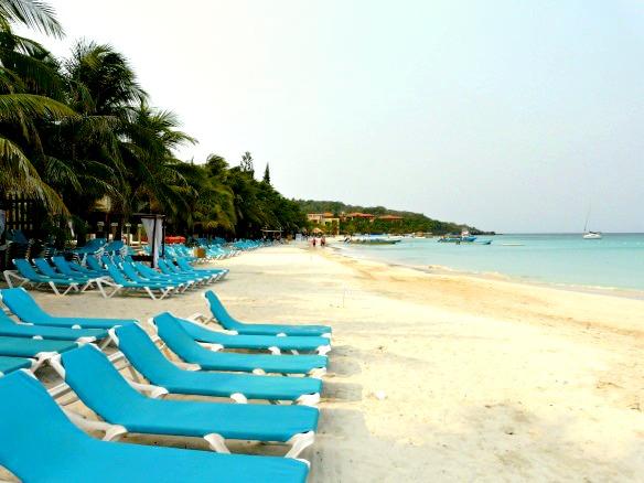 Roatan in Honduras - Strand mit Liegestühlen