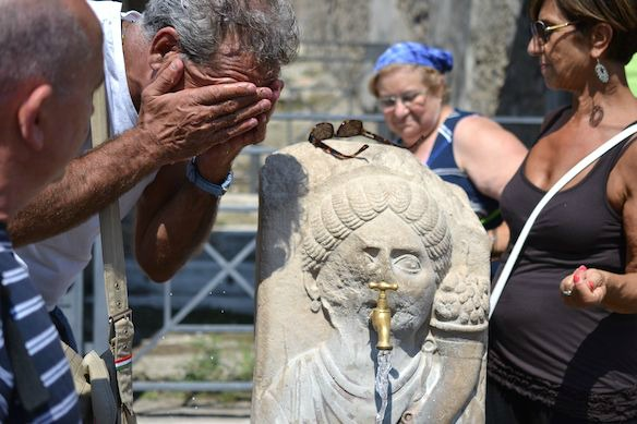 Abkuehlung am Brunnen in Pompejis