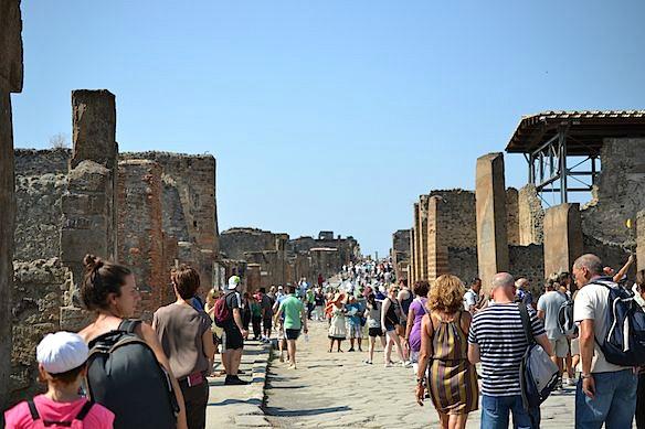 Foto-P7-1-menschenmassen-auf-den-strassen-pompeis