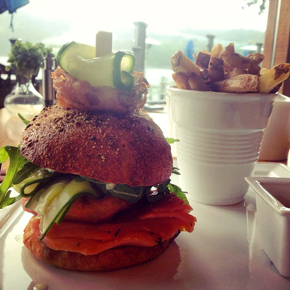 7 Luxushotel in Kanada - Sonora Resort - Lachs Burger