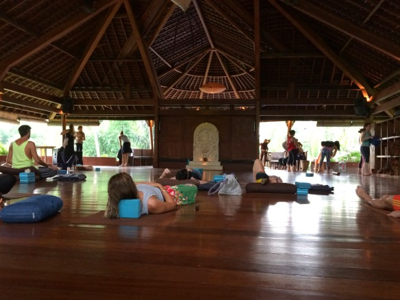 Yogastunde im Yoga Barn Ubud
