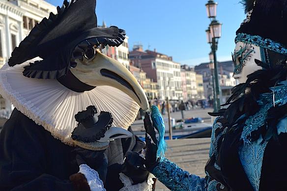 Venice-Paar-mit-Schnabelmaske