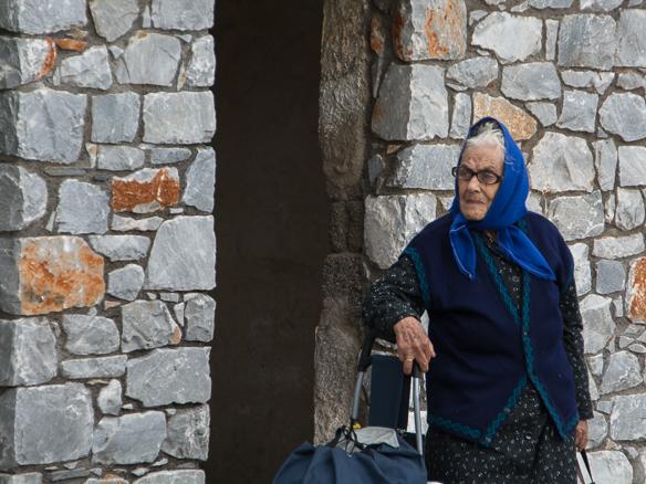 Bild-5-wartende-Frau-mit-Kopftuch-2015 (1 von 1)