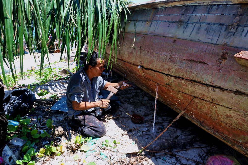 Fischer arbeitet an Boot