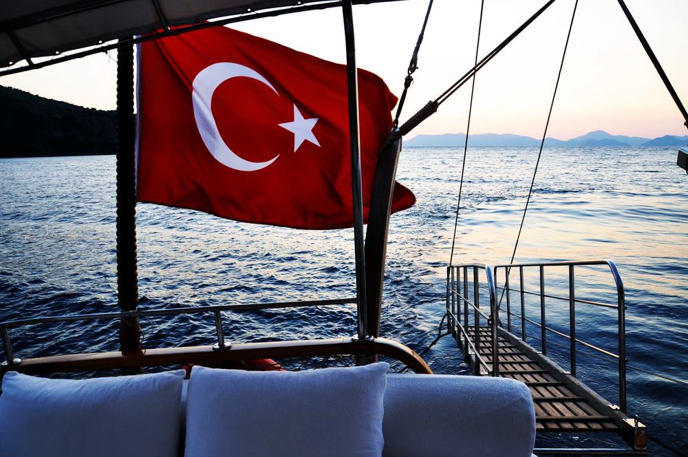Bootstour mit türkischer Flagge