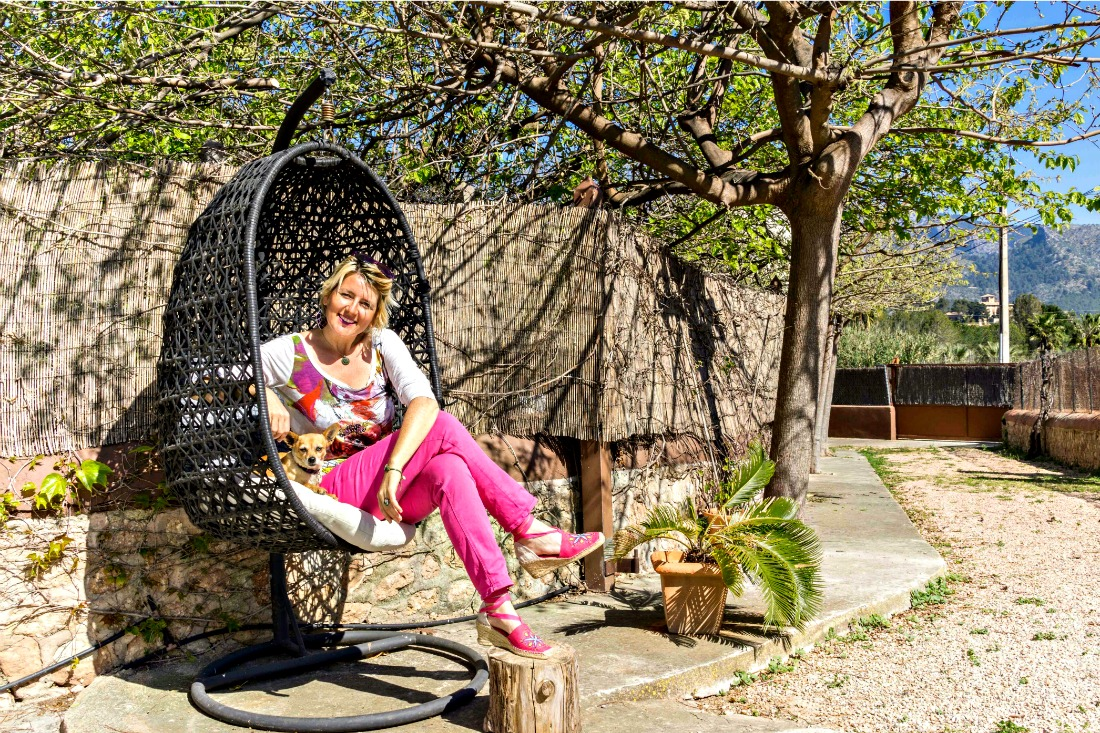 Reiseblogger Barbara mit Hund Elfie