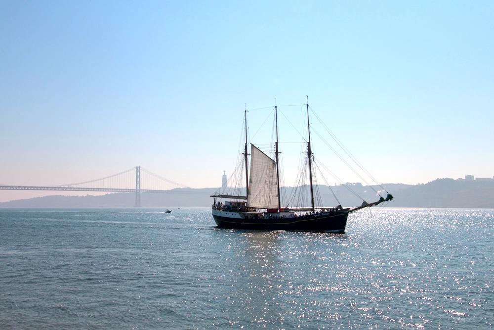 Schiff auf Tejo Lissabon