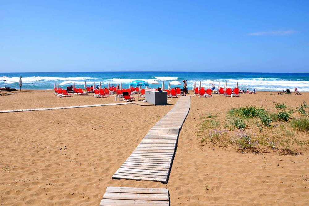 19_Glyfada Strand Liegestühle Pelekas Korfu