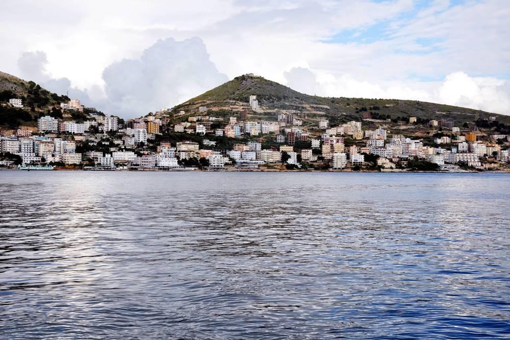 30_Albanien Blick auf Seranda von Boot