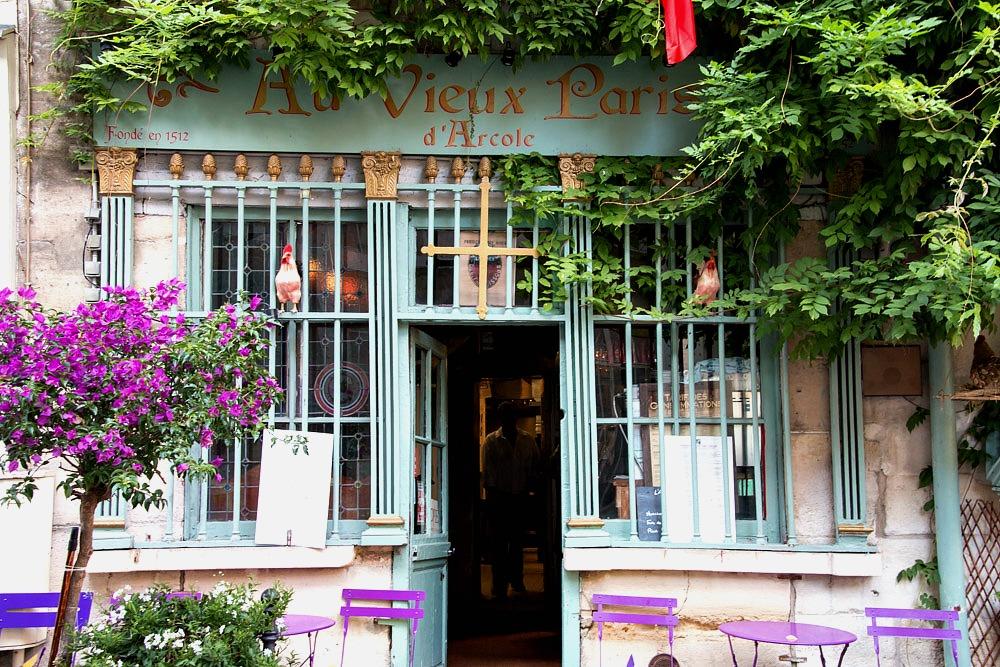 Au Vieux Paris d'Arcole romantisch restaurant zomerbloemen