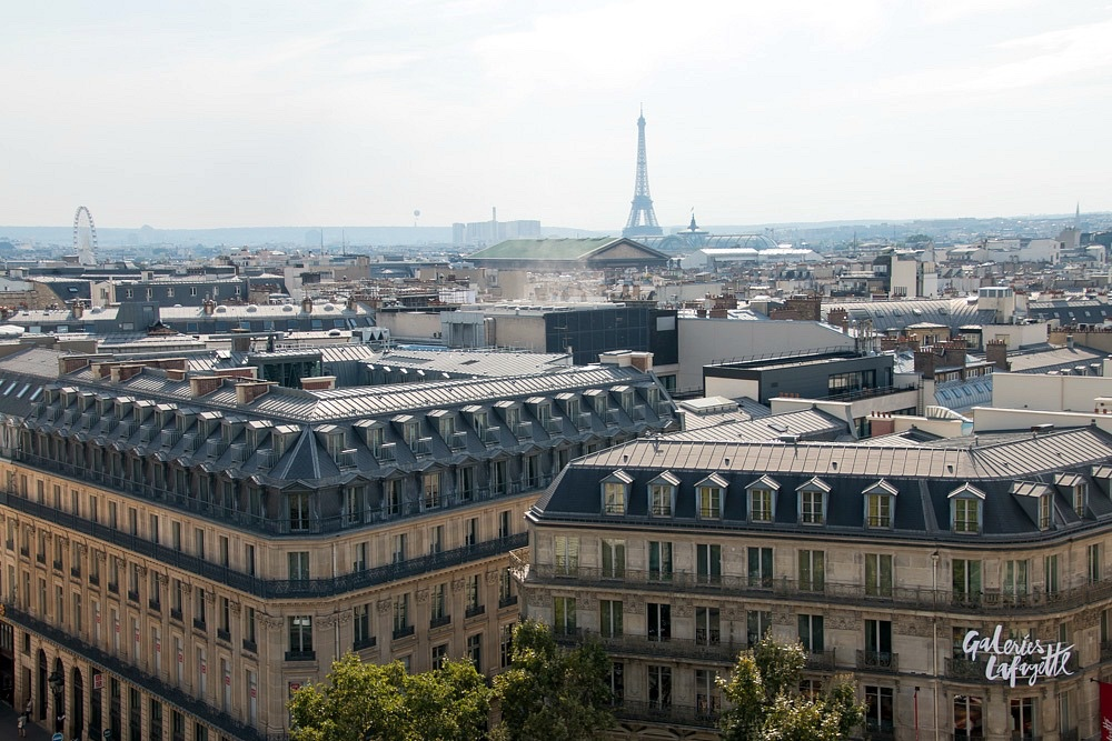 Parijs in de zomer Frankrijk Galeries Lafayette Eiffeltoren bekijken