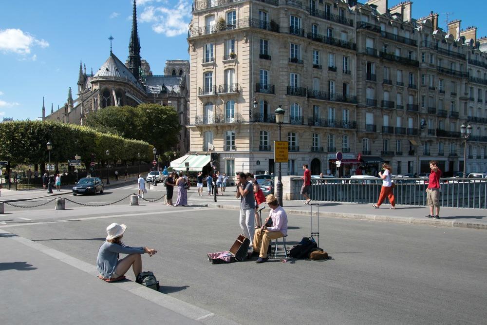 Paris Notre-Dame Straßenmusiker Sommer