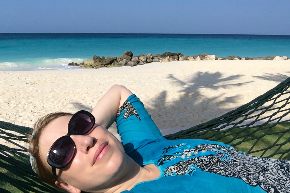 reiseblogger-anja-beckmann-haengematte-strand-aruba-karibik