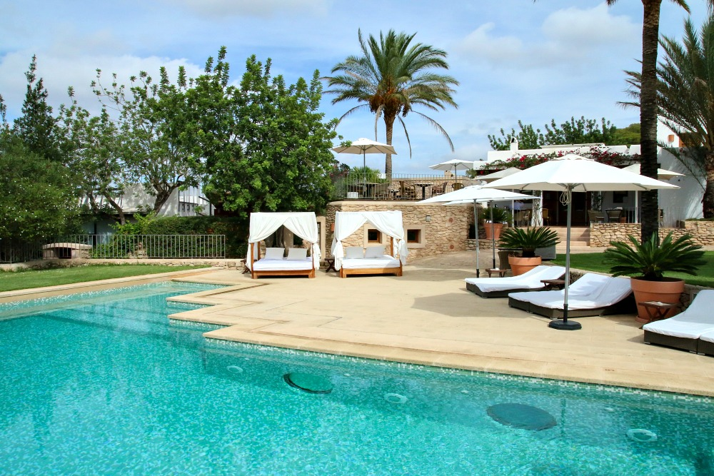 spanien-balearen-ibiza-luxus-hotel-pool-reiseblog