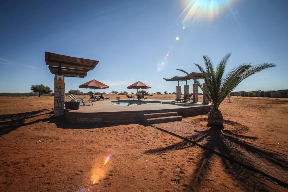 9-namibia-kalahari-wueste-anib-lodge-pool
