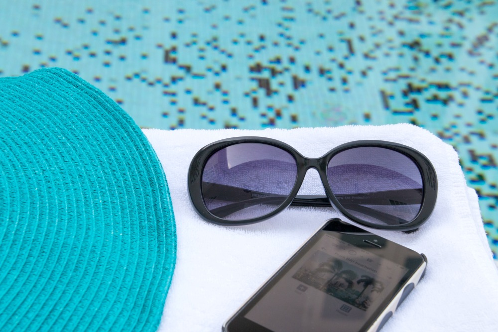 ortsunabhaengiges-arbeiten-reiseblog-reiseblogger-geld-verdienen-singapur-sonnenbrille-pool