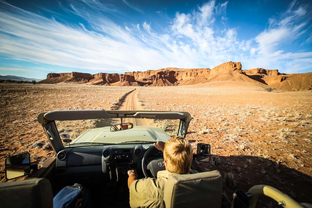 Mit dem Guide in Namibias Wüste