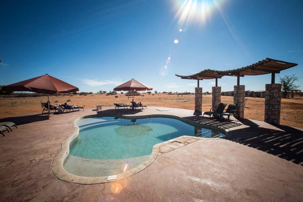 Kalahari Lodge - Pool in der Wüste