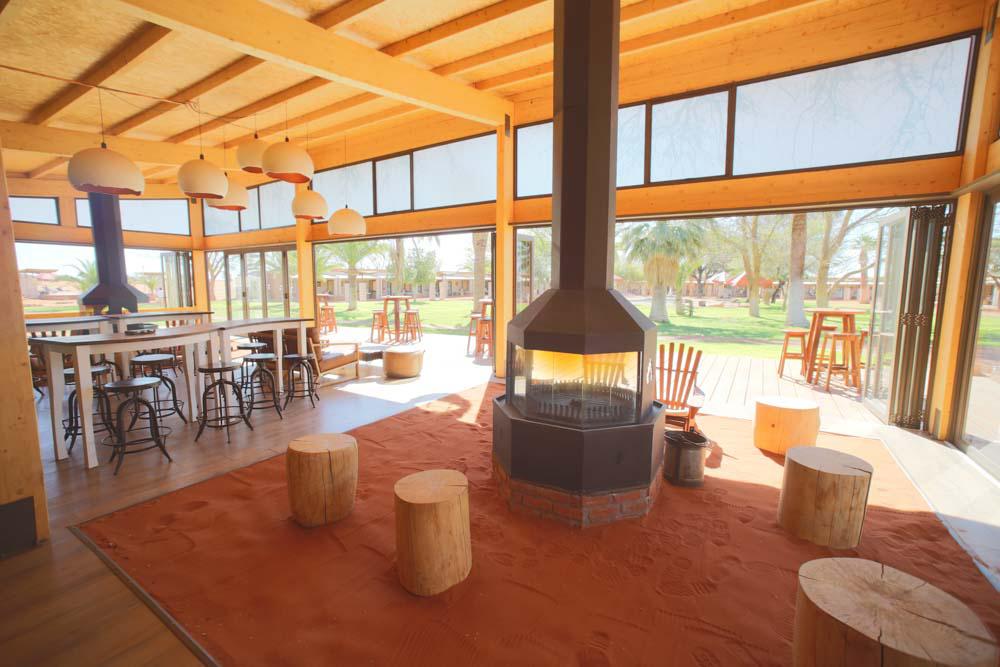 Namibia: Kaminfeuer in der Kalahari Lodge