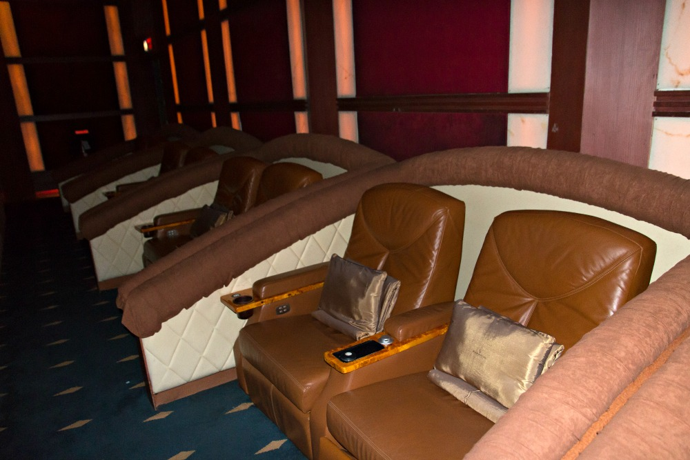 Liegesitze im VIP Cinema: Bangkok Airways Blue Ribbon Screens