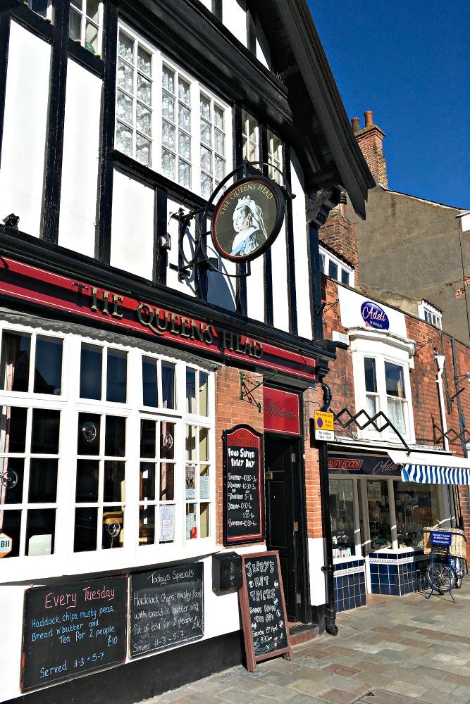 Alte Kirchen und Häuser, ein lebendiger Marktplatz, niedliche Cafés und Shops - Beverley ist eine englische Kleinstadt wie aus dem Bilderbuch. Eine einheimische Bloggerin zeigt mir die schönsten Ecken der Stadt in East Yorkshire, Nordengland. Lies mehr dazu im Reiseblog.