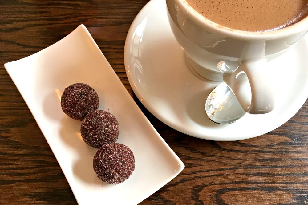 Schokoladentrüffeln mit schwarzen Johannisbeeren und Wacholder