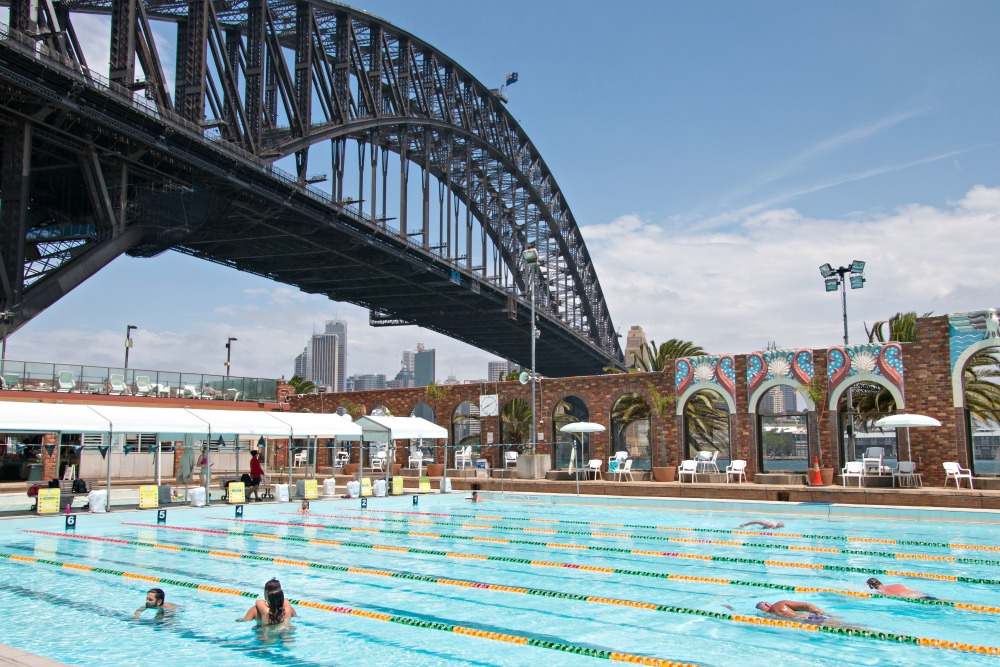 North Sydney Olympic Pool unter der Harbour Bridge