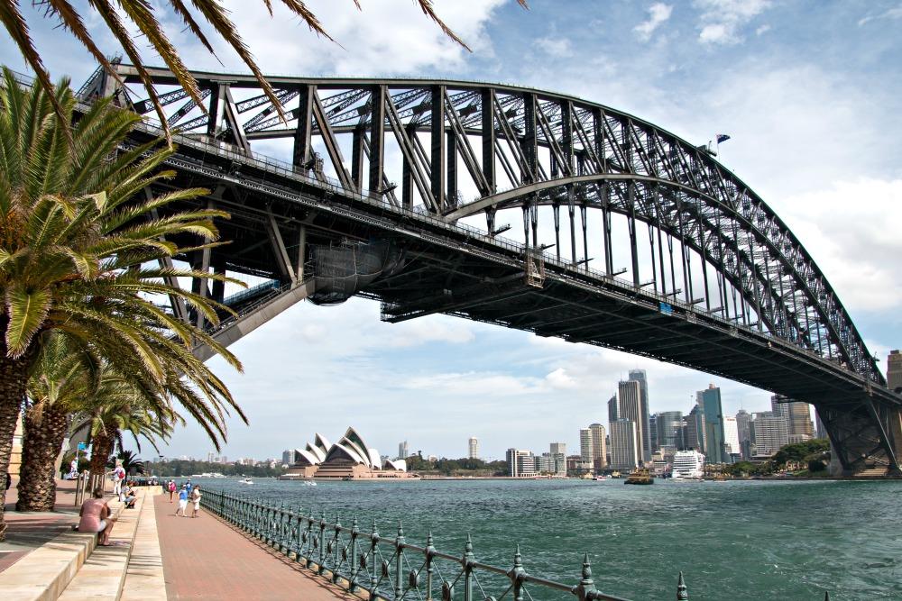 Sydney mit Harbour Bridge und Opera House im Sommer