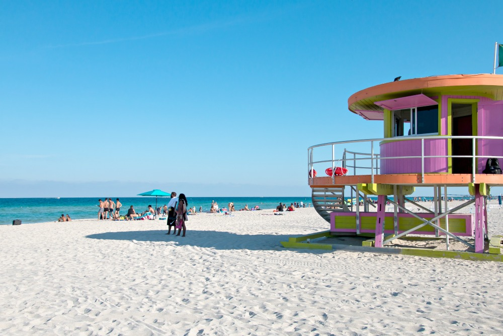 Strand in Miami Beach mit Lifeguard Stands