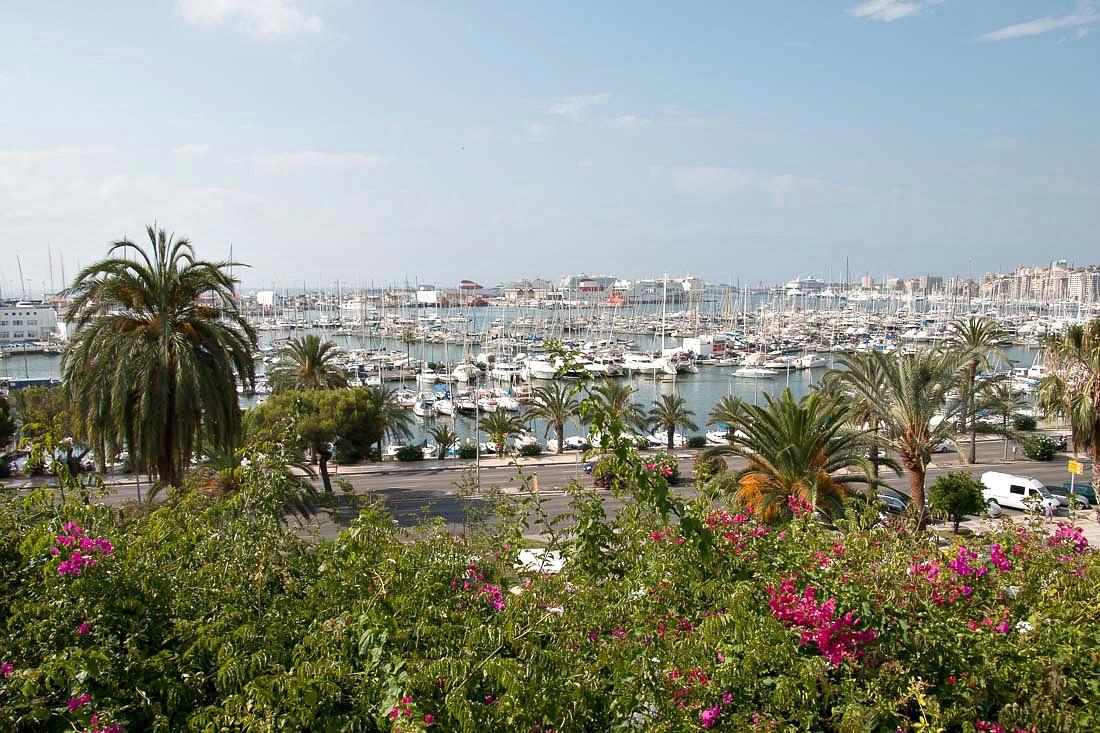 Santa Catalina: Ausblick auf Hafen & Windmühlen