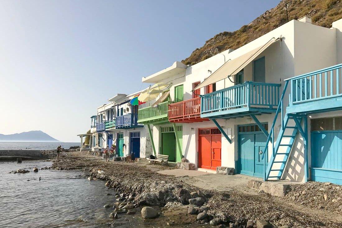 Bunte Bootshäuser auf Milos, Griechenland