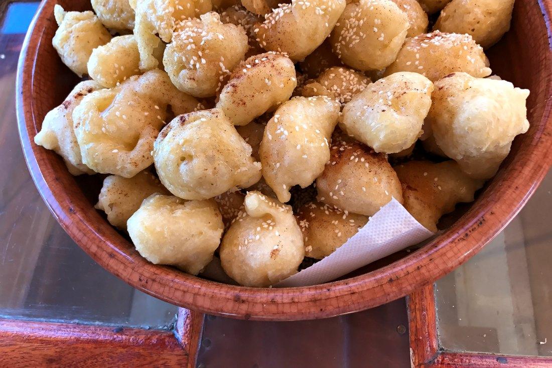 Loukoumades (griechische Donuts mit Zimt und Honig)