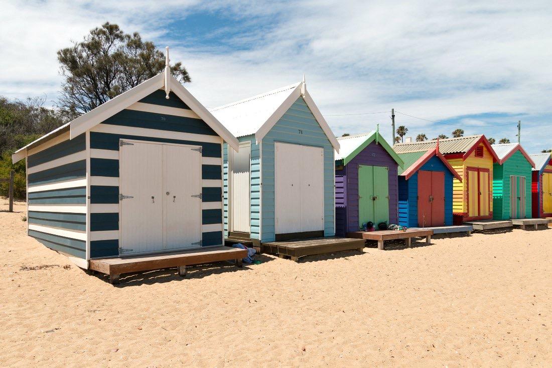 Australien hat viele wunderschöne Strände - allein der Whitehaven Beach ist ein absoluter Traum! In Melbourne mag ich auch den Strand von St Kilda. Doch der Dendy Street Beach wird nicht mein Liebling: Er ist zwar lang, aber nicht besonders breit. Der Strand ist gelblich, teilweise liegen Seegras oder Treibholz herum. Und an diesem Montagnachmittag sind viele Besucher am Strand. Doch die haben anscheinend ihren Spaß: Die meisten Erwachsenen sonnen sich, die Kinder toben im flachen Wasser.