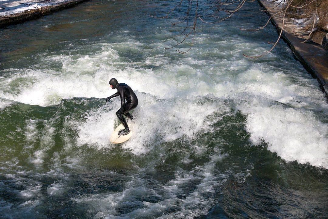Eisbachwelle München: Surfen bzw. Wellenreiten
