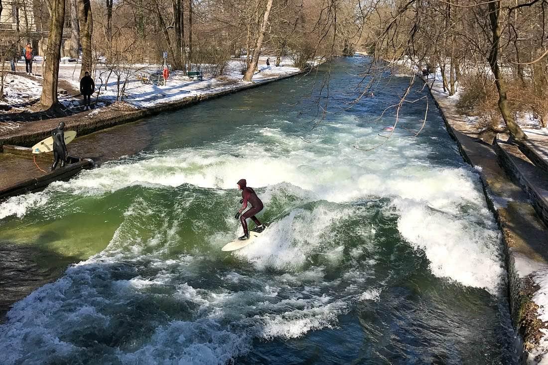 Eisbachwelle München: Surfen im Englischen Garten