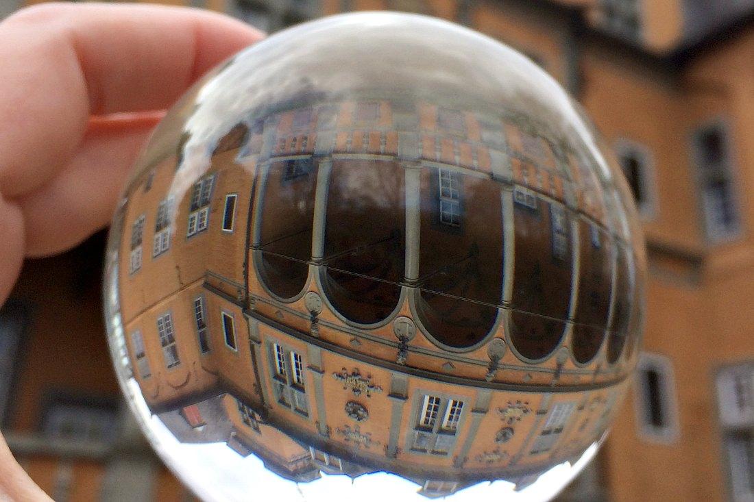 Mit einem Lensball Profotografierst du die Welt durch die Kugel.