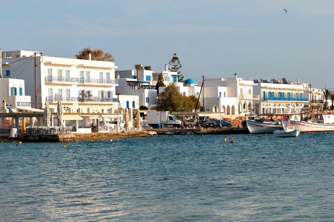 Aliki: Hafenort mit Strandrestaurant auf Paros Griechenland