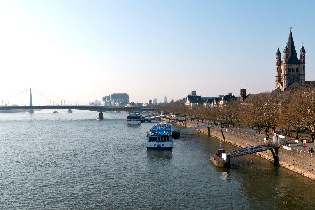 Köln Sehenswürdigkeiten: Der Rhein mit den Kranhäusern