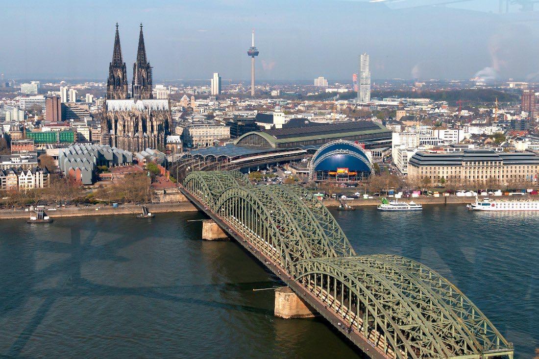 Aussicht vom Köln Triangle auf Kölner Dom und Rhein