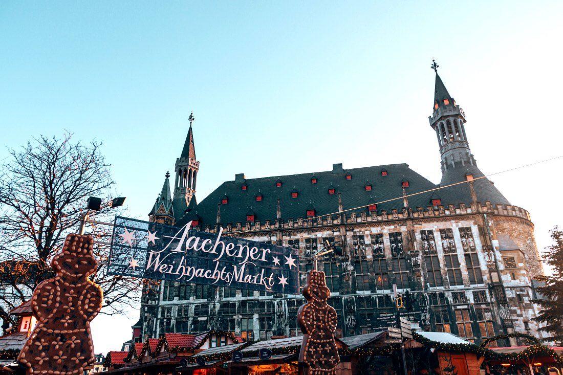 Weihnachtsmarkt Aachen vor Rathaus