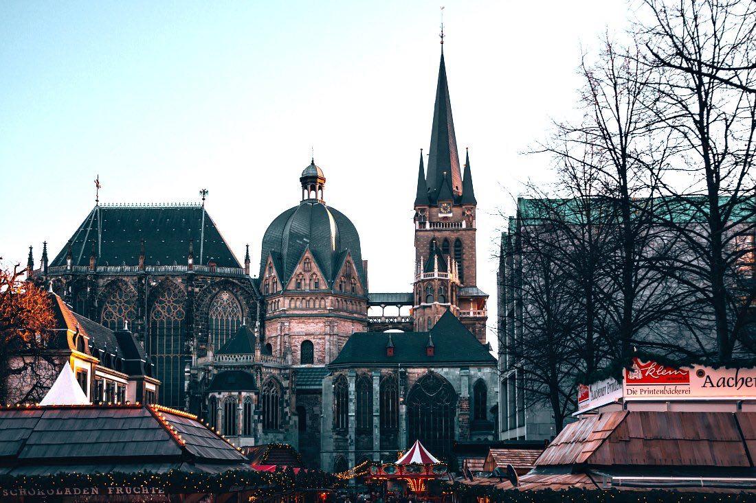 Weihnachtsmarkt beim Aachener Dom