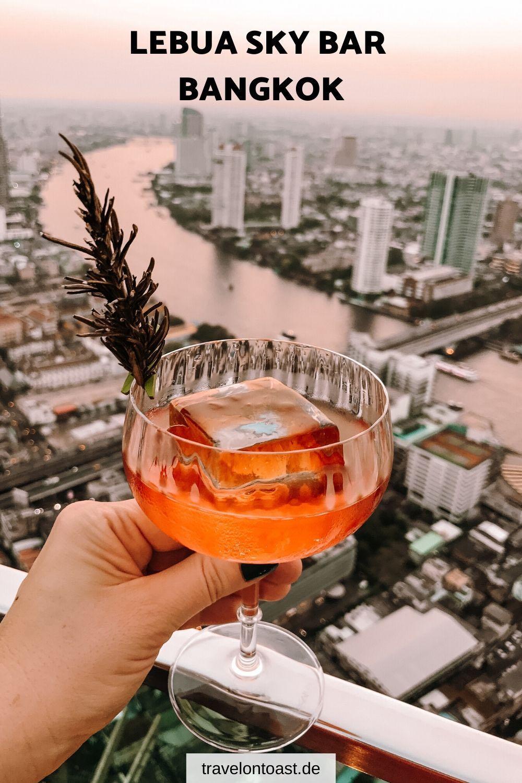 Erfahre alles für deinen Besuch der Lebua Sky Bar Bangkok: zu Höhe, Lage, Anreise, Öffnungszeiten, Preisen und Dresscode der berühmten Rooftop Bar Bangkok aus dem Film Hangover 2. / Lebua Bangkok / Lebua at State Tower / Lebua State Tower / Hangover Bar Bangkok / Bangkok Tipps / Bangkok Thailand / Bangkok Fotoideen / Bangkok Hotel / Bangkok Sehenswürdigkeiten #Bangkok #Thailand #Urlaub #Reisen